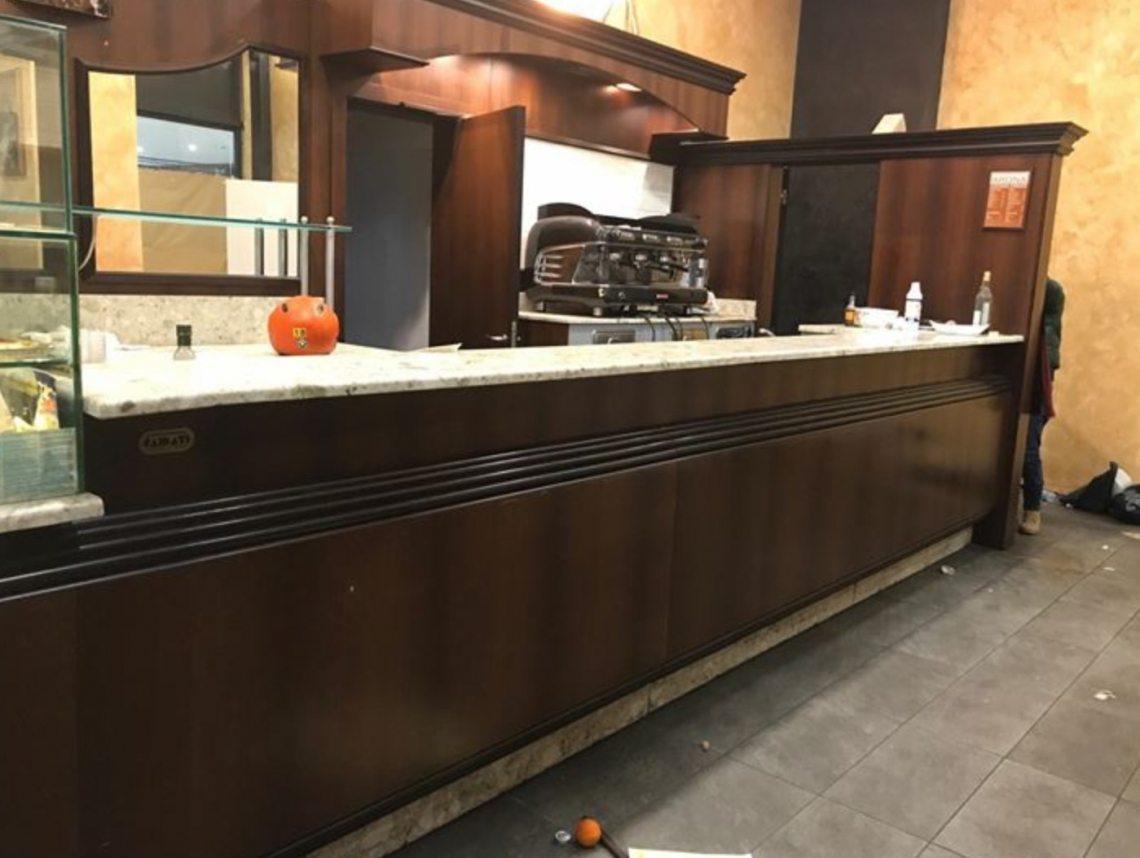 Credenza Con Frigo Bar : Bancone bar con tutti i frigo completo due vetrine